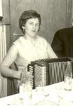 1960er - Marie Schmidt mit Schifferklavier