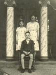1930er - Vor der Haustür